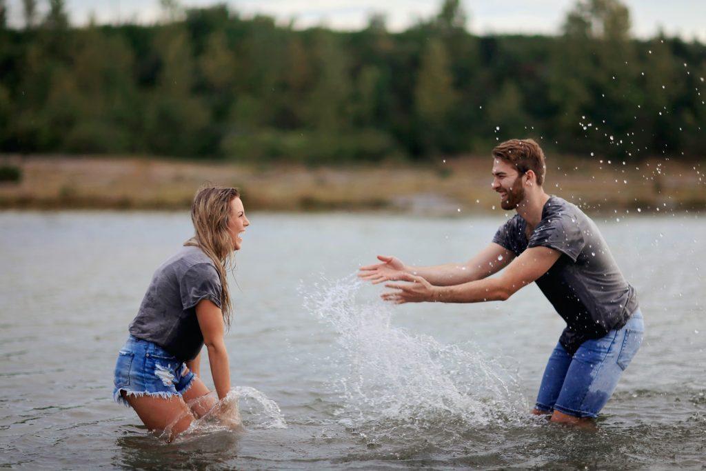 Illustration article activités couple pour retomber en enfance, grâce à une bataille d'eau