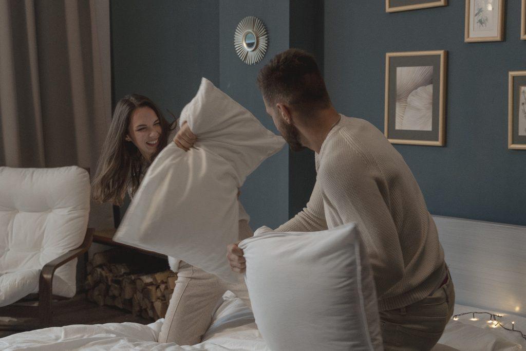 Illustration article activités couple pour retomber en enfance, grâce à une bataille d'oreiller